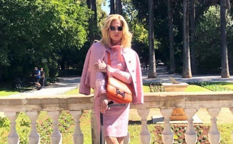 Ο Λάκης Γαβαλάς με… ροζ ταγιέρ στον Εθνικό Κήπο