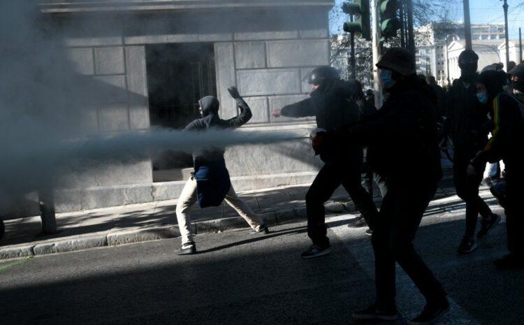 Σύνταγμα: Επεισόδια και χημικά στο πανεκπαιδευτικό συλλαλητήριο